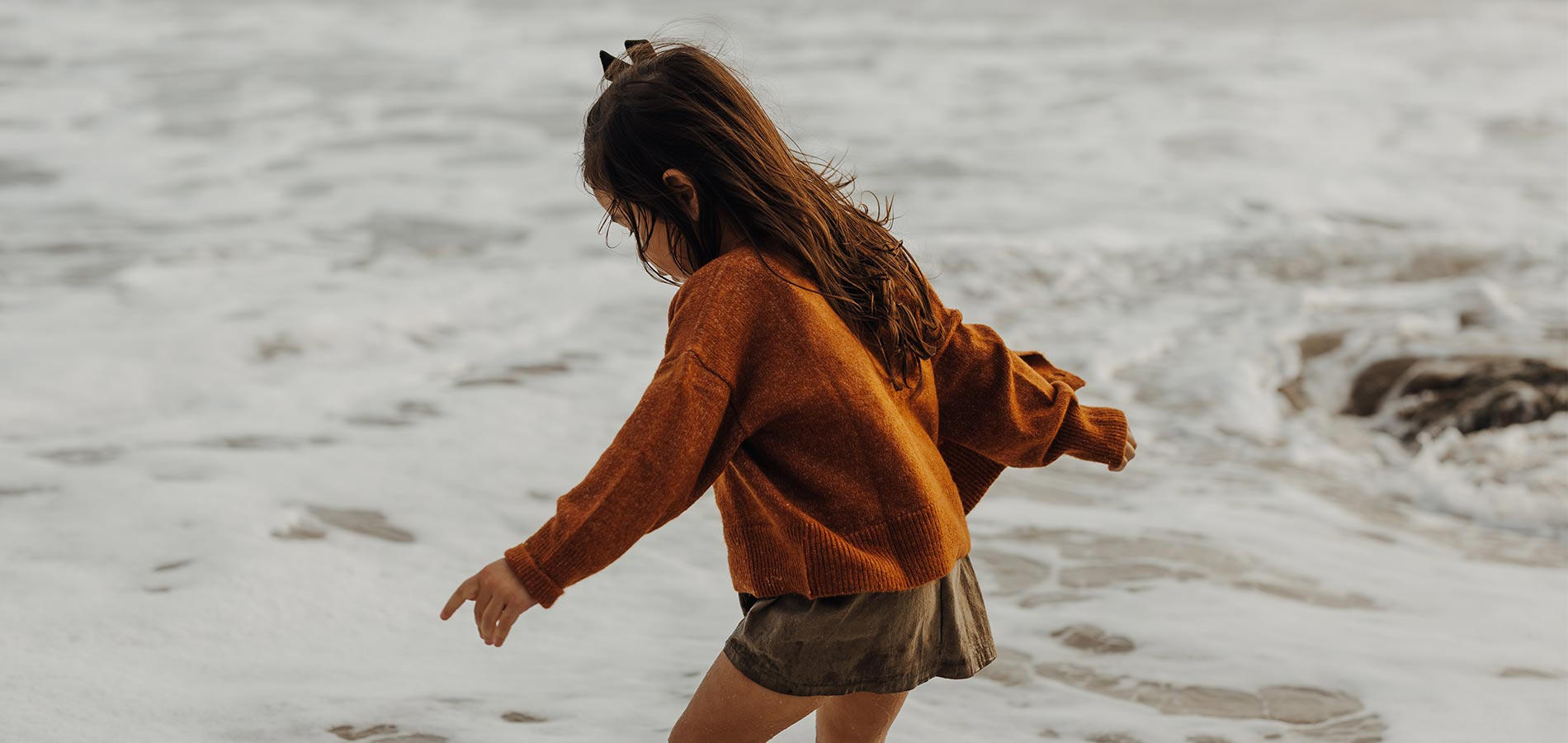 Photo by @cjmunizphotography of little girl playing on the beach